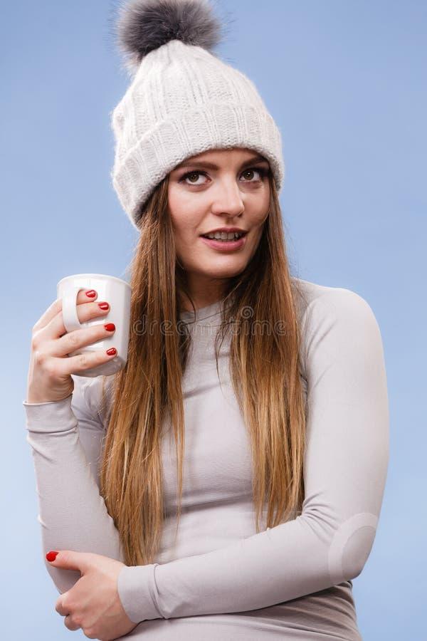 Fille dans le thé potable de sous-vêtements thermiques photo stock