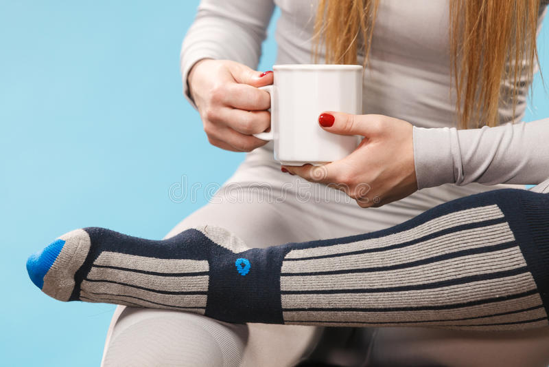 Fille dans le thé potable de sous-vêtements thermiques image libre de droits