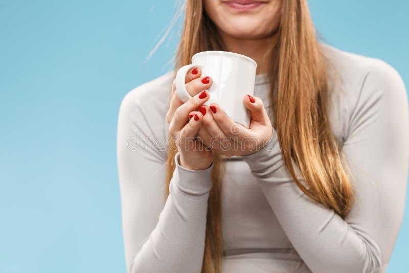 Fille dans le thé potable de sous-vêtements thermiques images stock