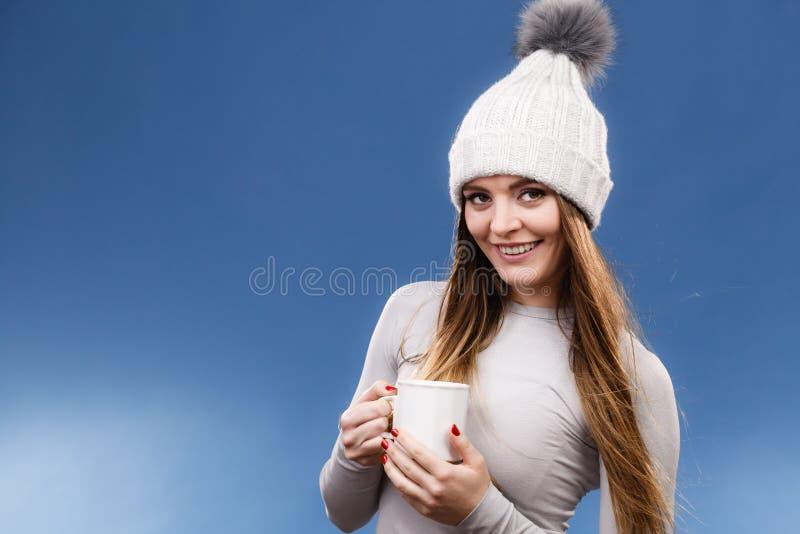 Fille dans le thé potable de sous-vêtements thermiques photographie stock