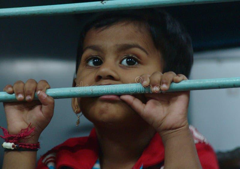 Fille dans le train, Mumbai, Inde photographie stock
