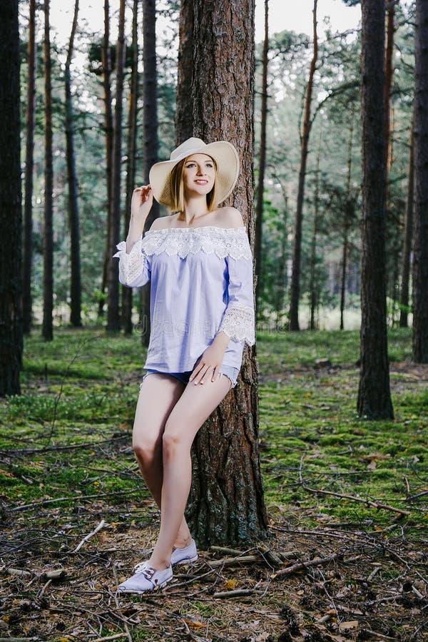 Fille dans les bois image libre de droits