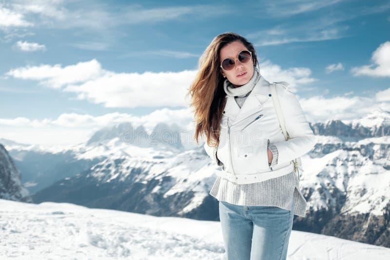 Fille dans les montagnes neigeuses Vacances dans la station de sports d'hiver de l'Italie du nord Visite aux dolomites image stock