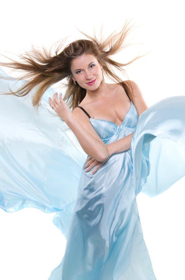 Fille dans les tissus en soie bleus photo stock