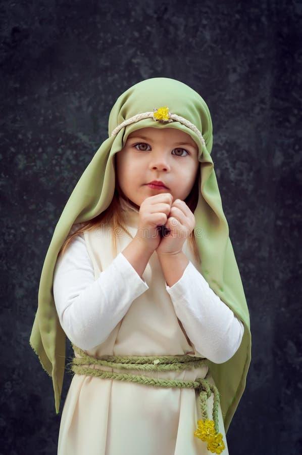 Fille dans un équipement de Noël Attire pour la reconstruction de l'histoire de la naissance de Jesus Christ Girl dans le costume photographie stock libre de droits