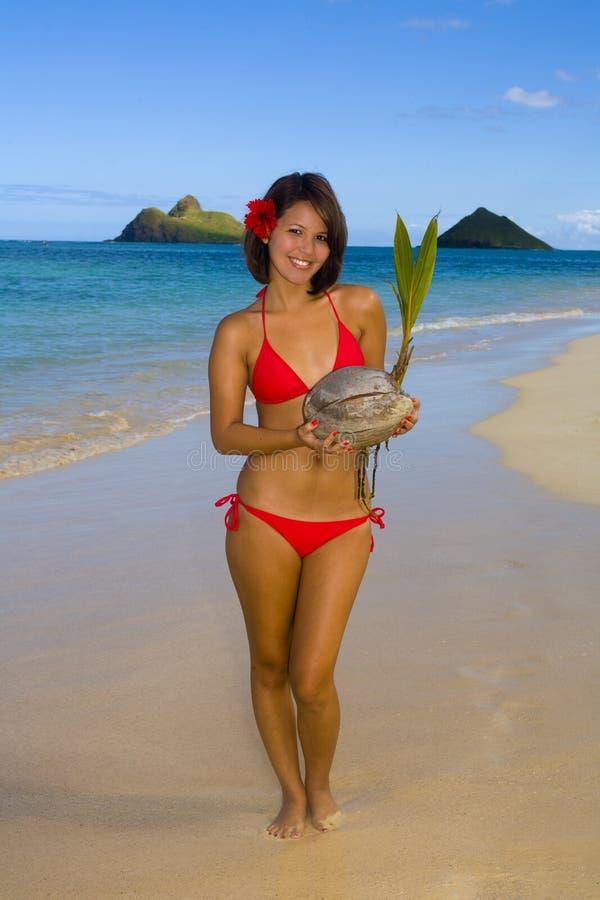 Fille dans un bikini rouge sur une plage d'Hawaï photos libres de droits