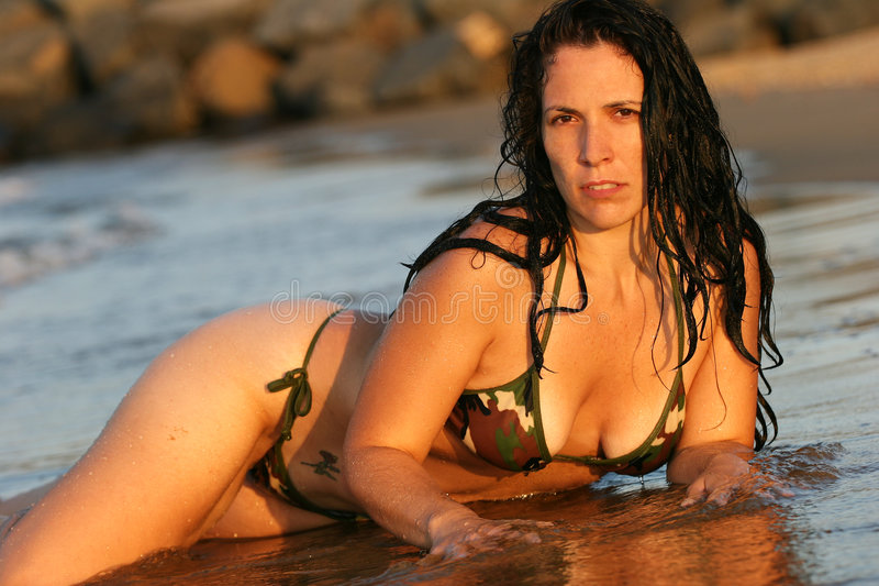 Fille dans un bikini sur la plage images stock