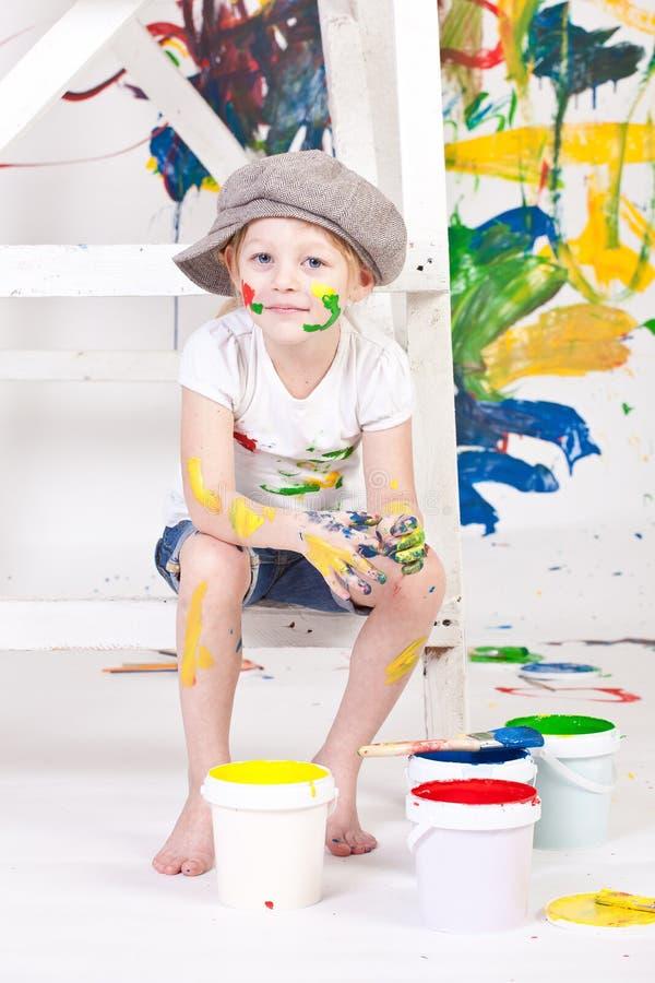 Fille dans un capuchon avec des peintures images stock