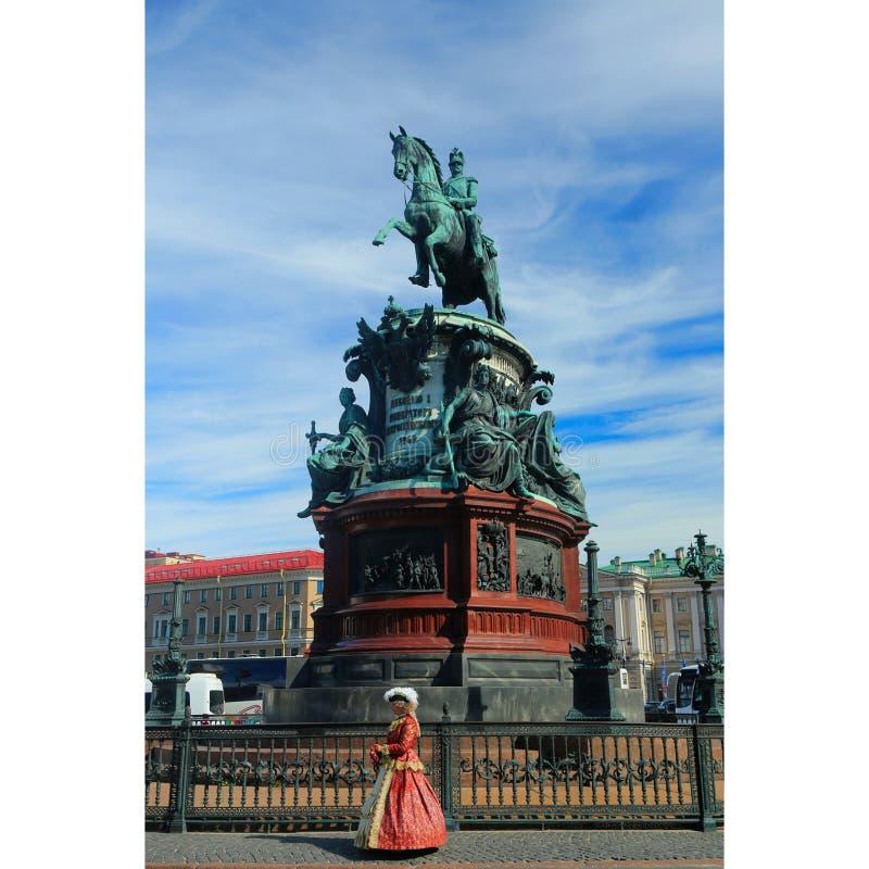 Fille dans un costume du XVIIème siècle sur le fond du monument images stock
