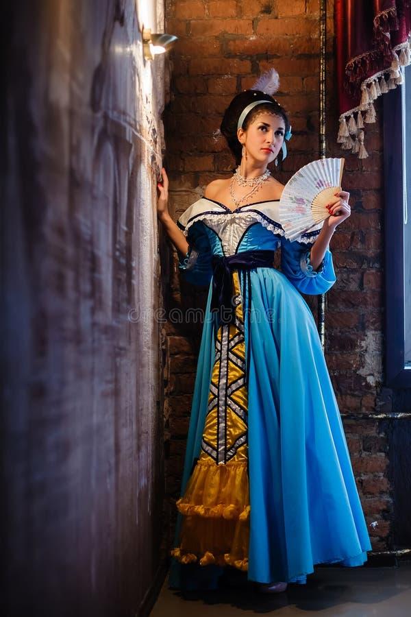 Fille dans un intérieur dans une robe antique photographie stock