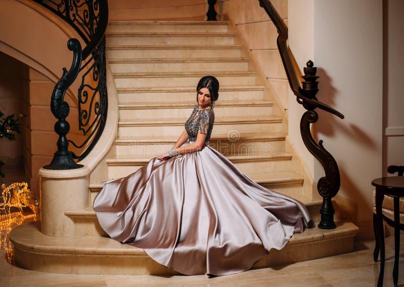 Fille dans un luxueux, robe de soirée image libre de droits