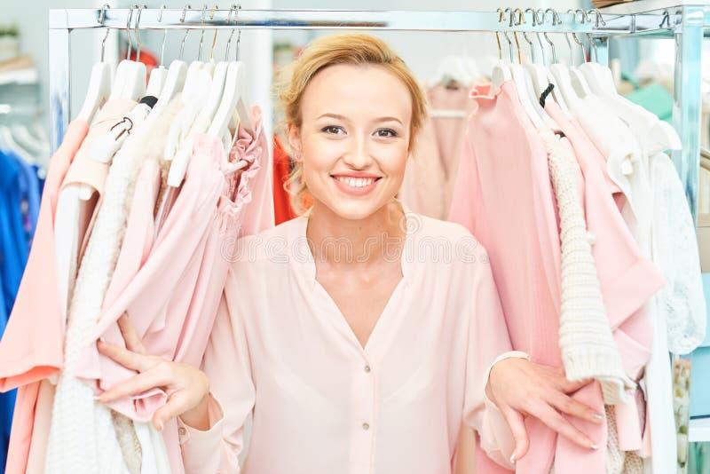 Fille dans un magasin d'habillement photo libre de droits