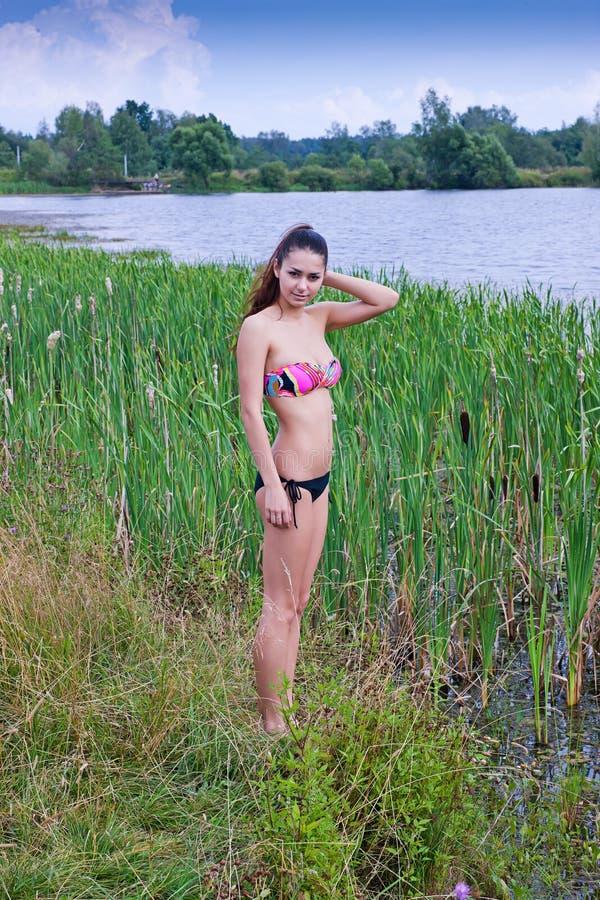 Fille dans un maillot de bain sur un étang. images libres de droits