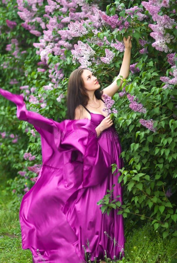 Fille dans un vol rose de robe photo stock
