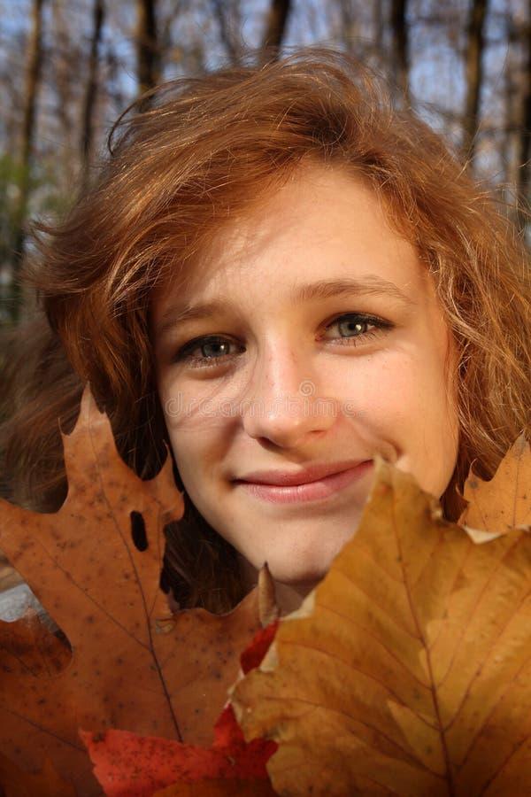 Fille dans une forêt images libres de droits