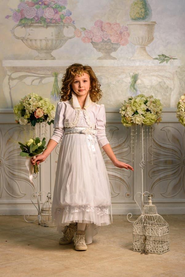Fille dans une robe antique photos stock