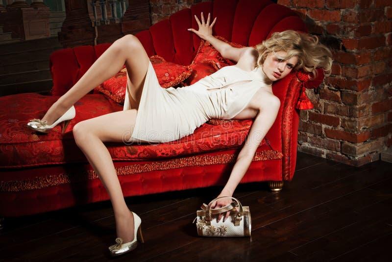 Fille dans une robe beige images stock