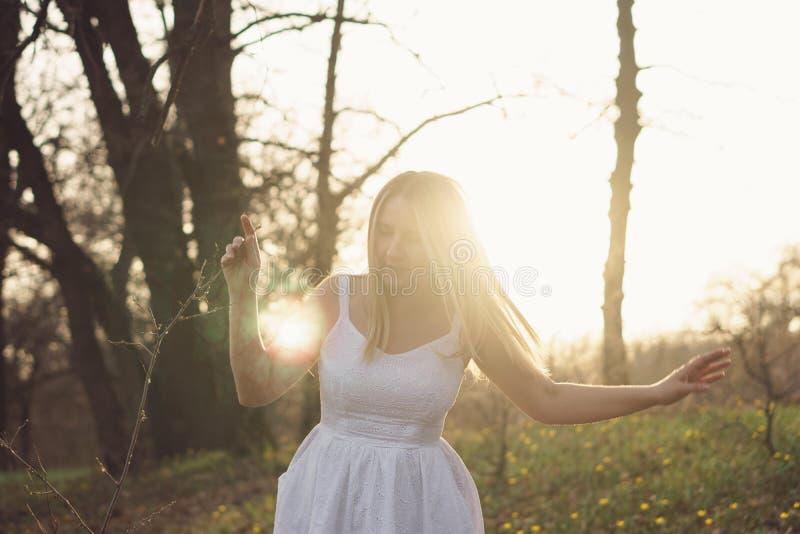 Fille dans une robe blanche dans le pr? image libre de droits