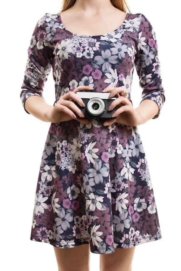 Fille dans une robe colorée hodling un appareil-photo de vintage photos stock