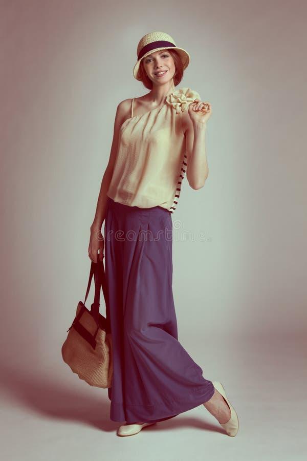 Fille dans une robe dans le rétro type photographie stock libre de droits