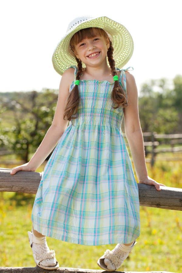 Fille dans une robe et un chapeau photos stock