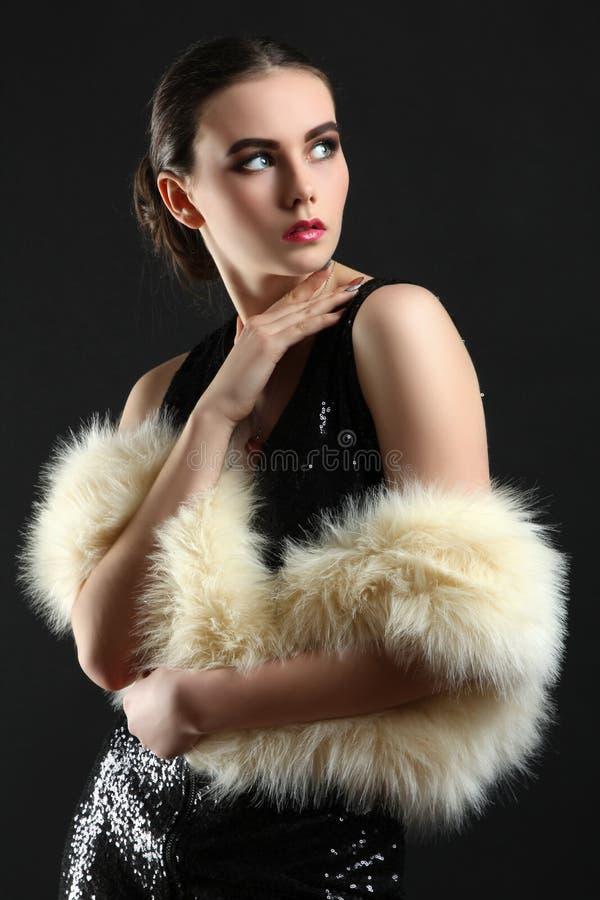 Fille dans une robe et un manteau de fourrure photo libre de droits
