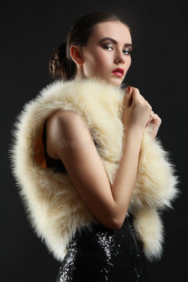 Fille dans une robe et un manteau de fourrure photos libres de droits