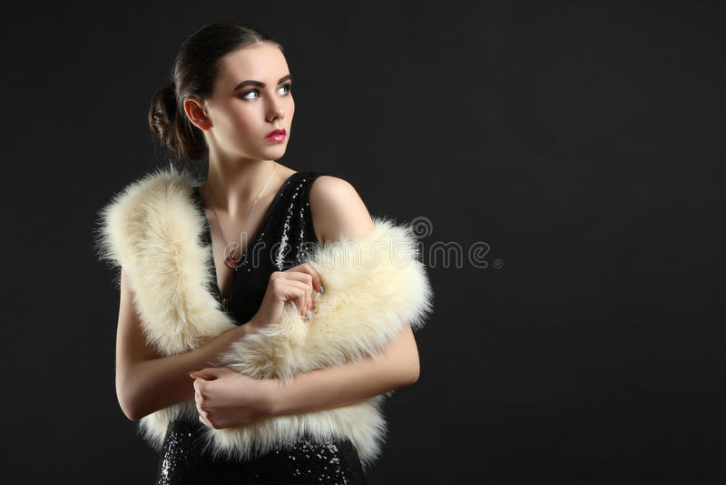Fille dans une robe et un manteau de fourrure photos stock