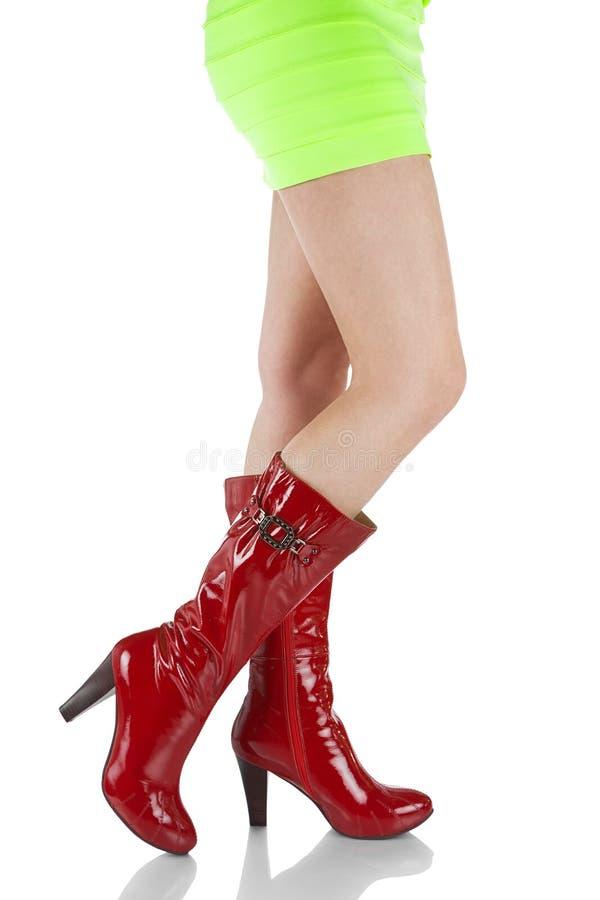 Fille dans une robe jaune et des bottes rouges de laque photographie stock