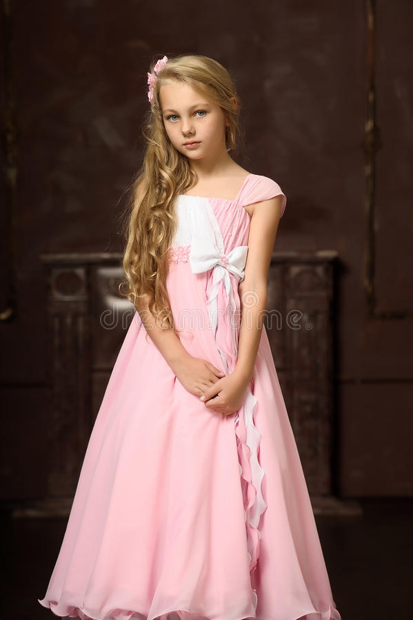 Fille dans une robe rose photos stock