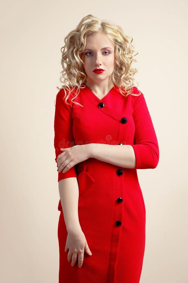 Fille dans une robe rouge image stock