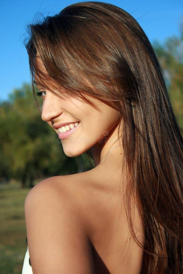 Fille dark-haired assez de sourire photo stock