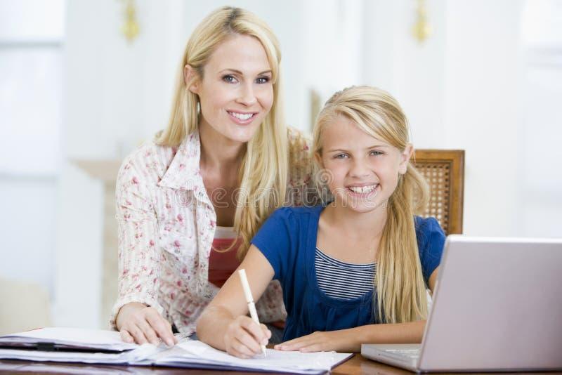 Fille de aide de femme avec l'ordinateur portatif faisant le travail image libre de droits