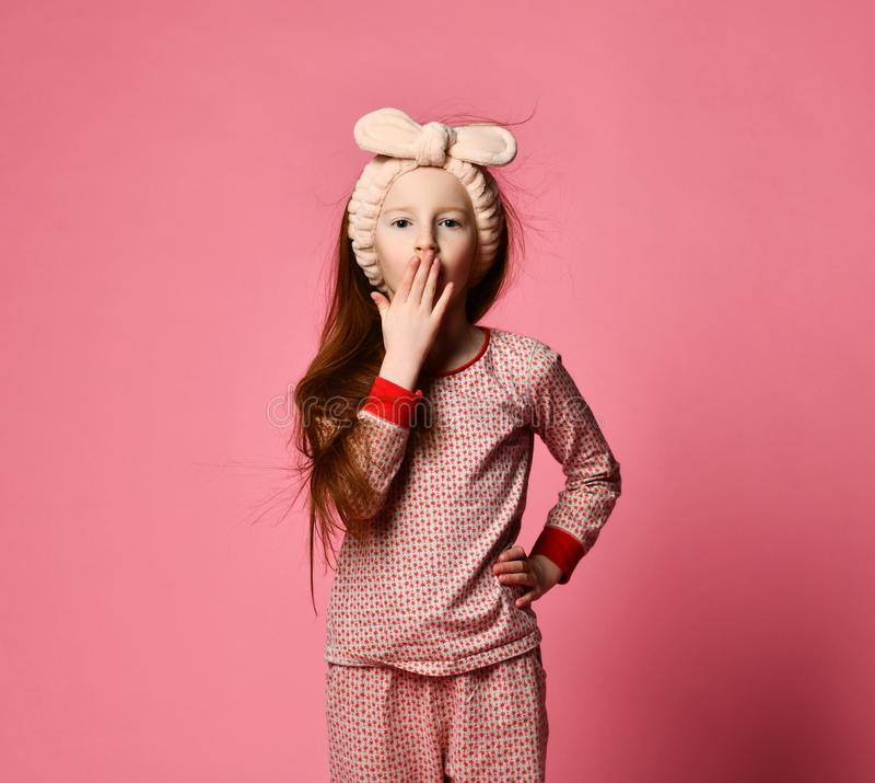Fille de ba?llement dans des pyjamas photos stock