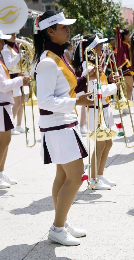 Fille de bande de mars tenant une trompette photos libres de droits