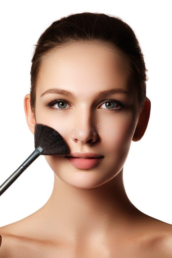 Fille de beauté avec des brosses de maquillage Naturel compensez l'OE de brune image libre de droits