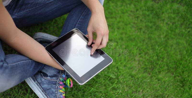 Fille de beauté avec la tablette dehors photo libre de droits