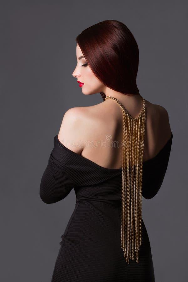 fille de beauté avec un collier sur elle de retour image stock