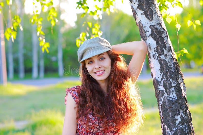 Fille de beauté dans le chapeau dessus dehors photographie stock libre de droits