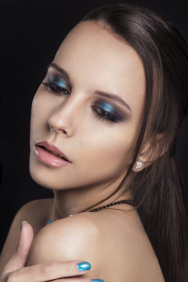 Fille de beauté de mode Portrait magnifique de femme Coupe de cheveux et maquillage élégants coiffure la femme avec le bâton Type photo stock