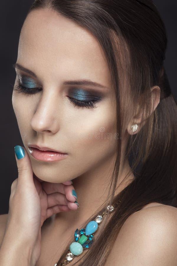 Fille de beauté de mode Portrait magnifique de femme Coupe de cheveux et maquillage élégants coiffure la femme avec le bâton Type images stock