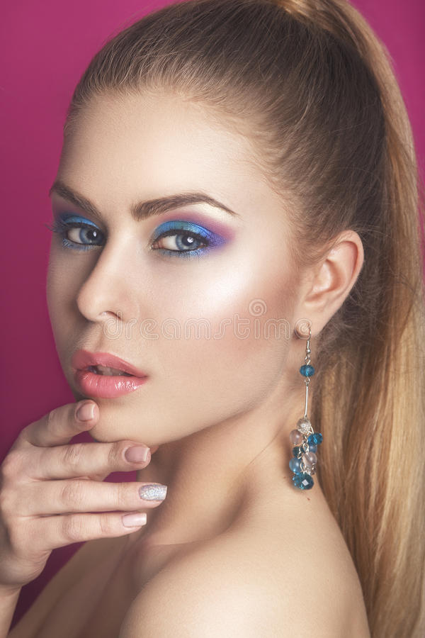 Fille de beauté de mode Portrait magnifique de femme Coupe de cheveux et maquillage élégants coiffure la femme avec le bâton Type image stock