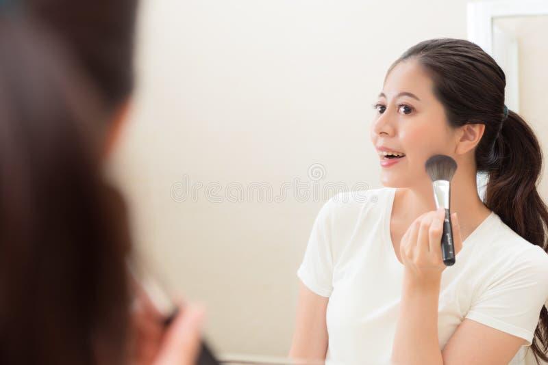 Fille de beauté regardant l'image de réflexion de miroir photographie stock libre de droits