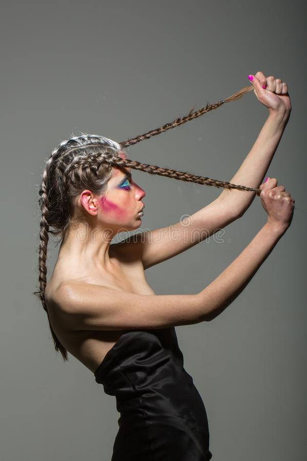Fille de beaut? et de mode Femme avec le maquillage et la coiffure, coiffeur Cosm?tiques pour le visage et les soins de la peau,  image libre de droits