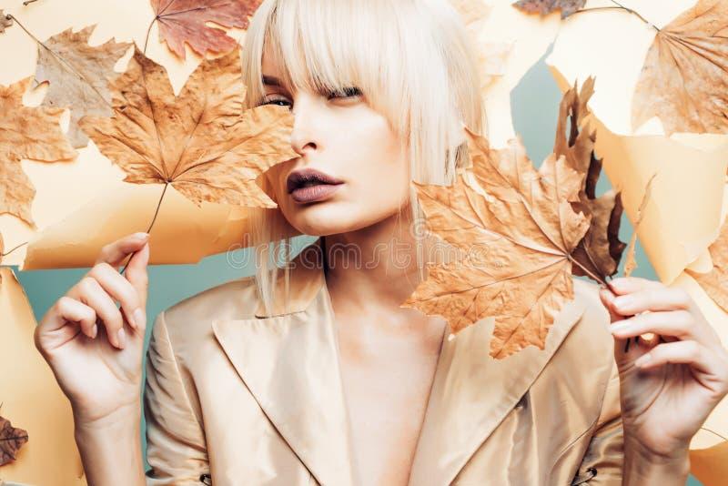 Fille de beaut? Temps d'automne pour la vente de mode Filles de mode Bonjour automne et Autumn Dreams photographie stock