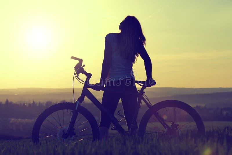 fille de bicyclette image stock