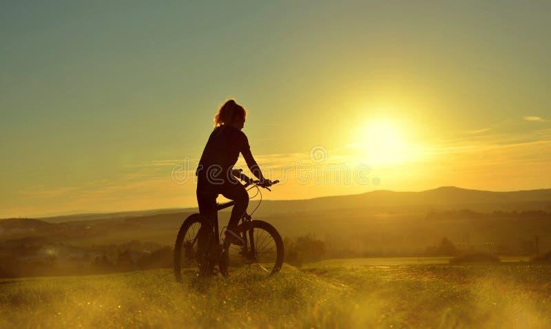 fille de bicyclette images stock