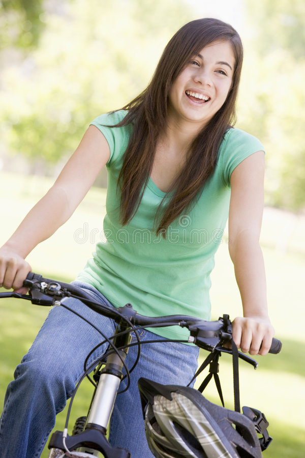 fille de bicyclette d'adolescent photos stock