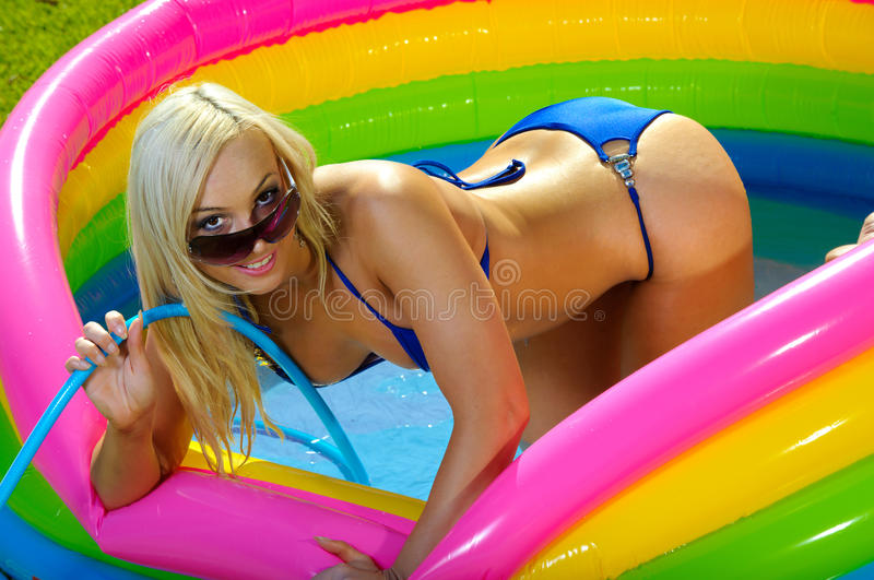 Fille de bikini d'amusement photo stock