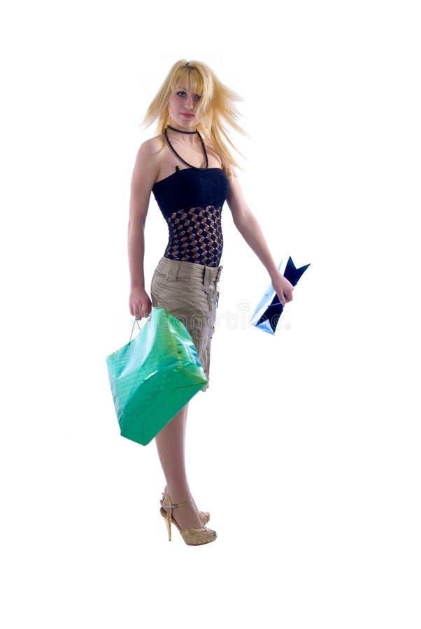 Fille de Blondie et sacs à provisions. photographie stock libre de droits